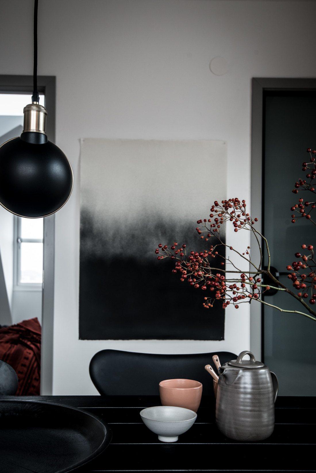 Czarny drewniany stół