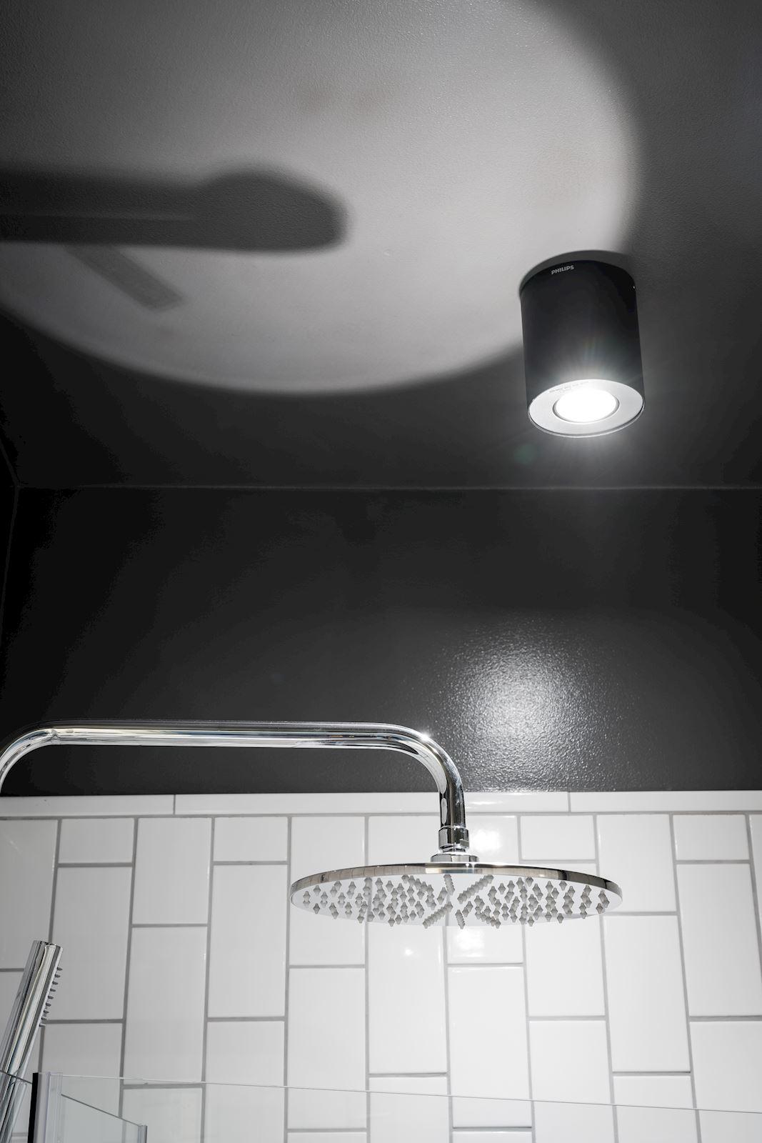 Czarny sufit w łazience
