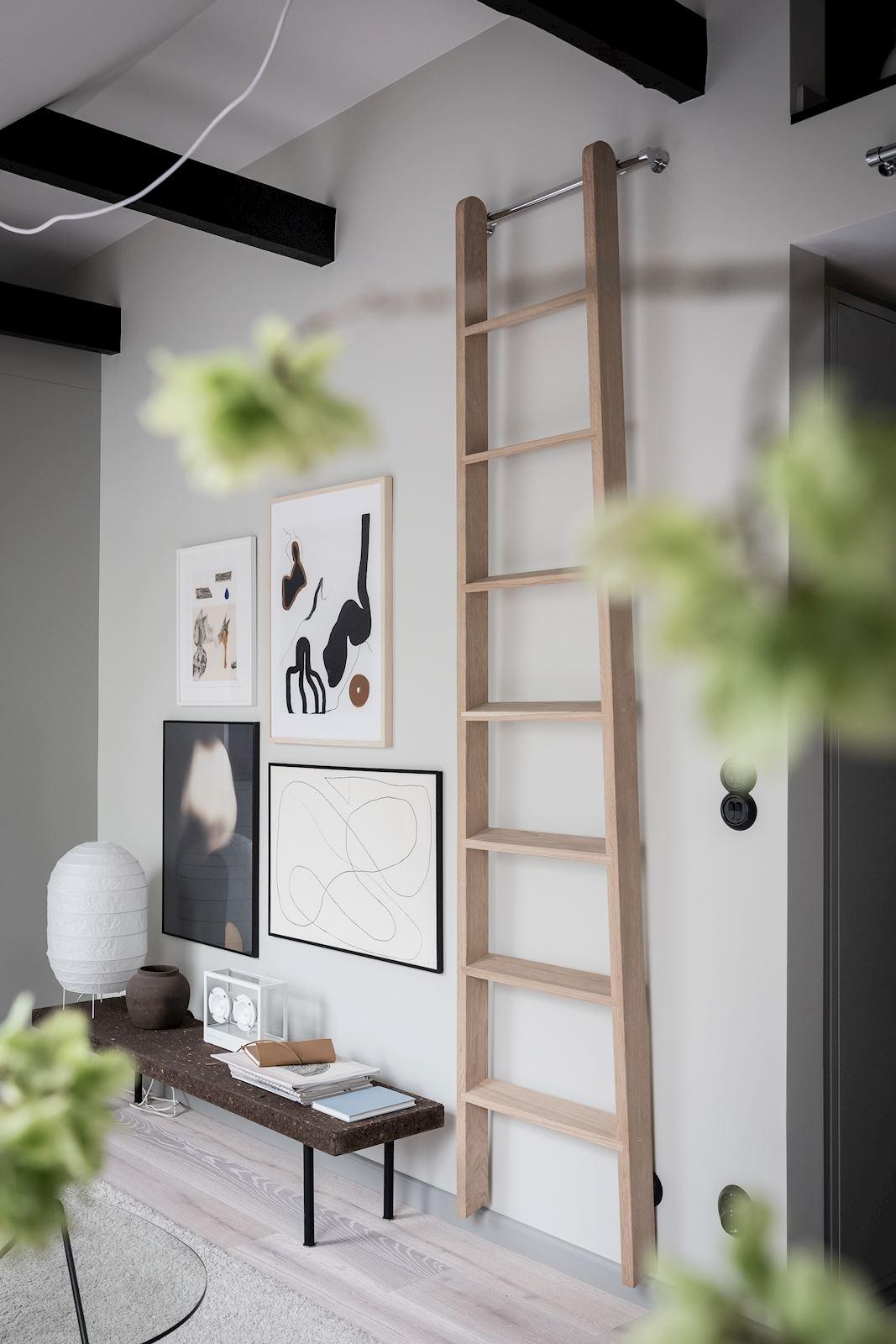 Drewniana drabina na ścianie