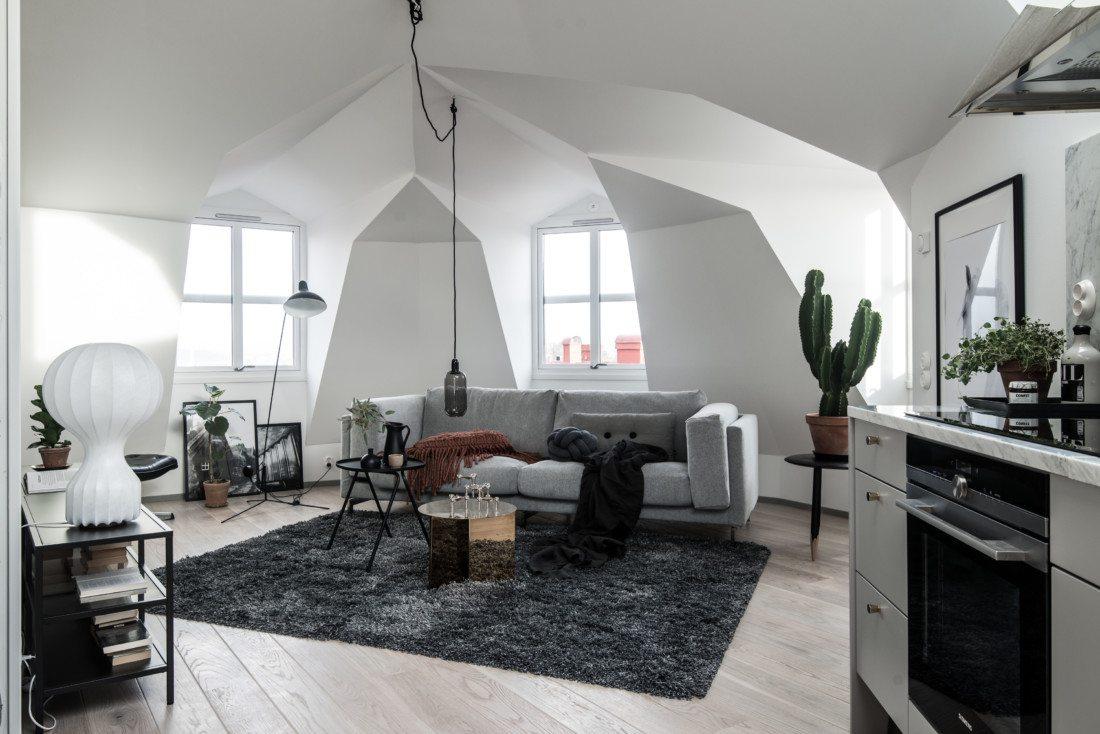 Duży salon w stylu skandynawskim ze skosami
