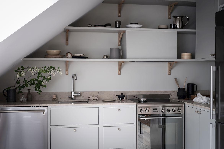 Jasnoszara kuchnia w stylu skandynawskim