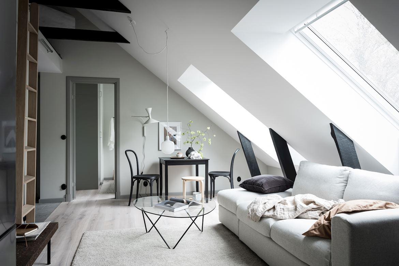 Mały salon ze skosami i belkami stropowymi