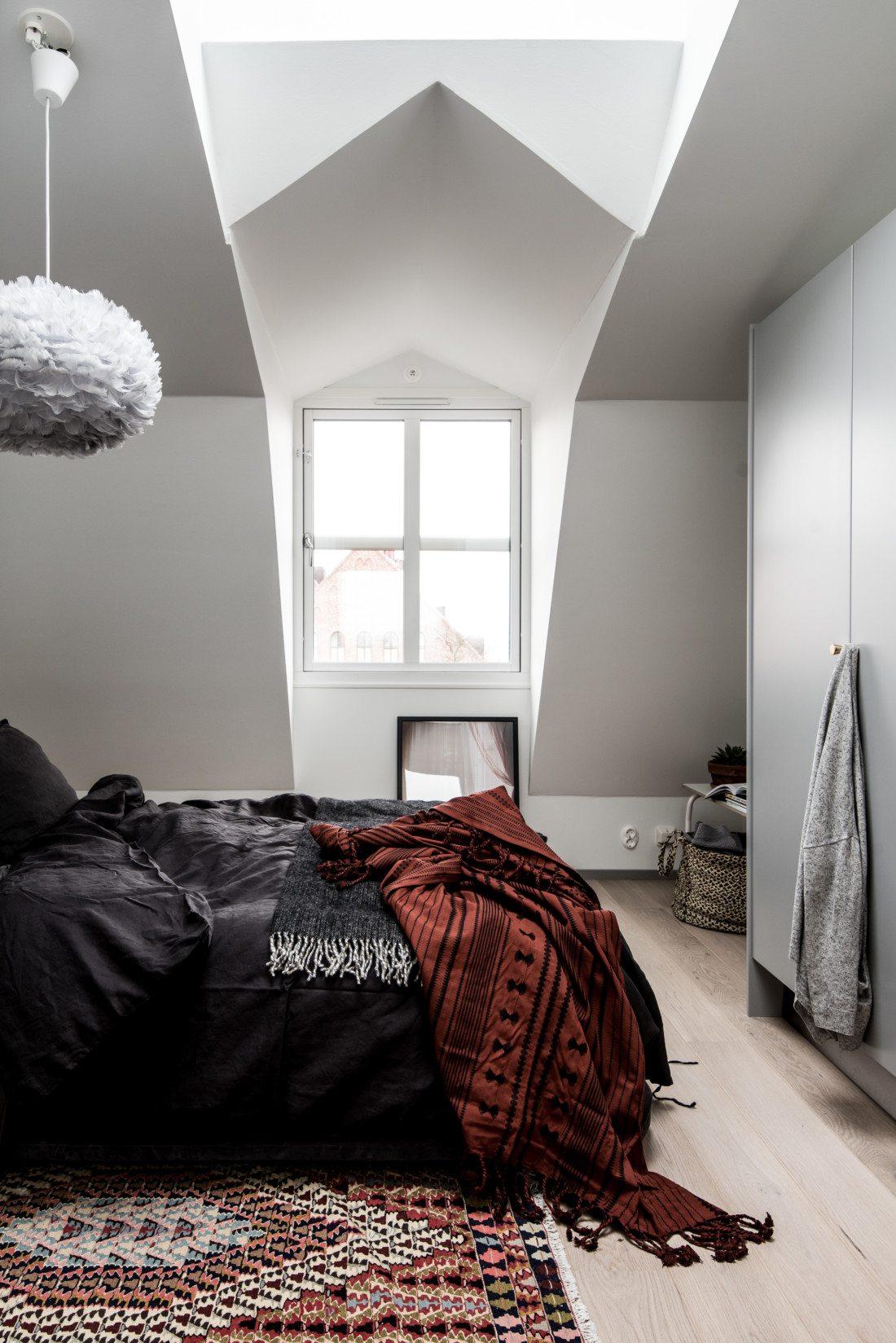 Skandynawska sypialnia ze skosami