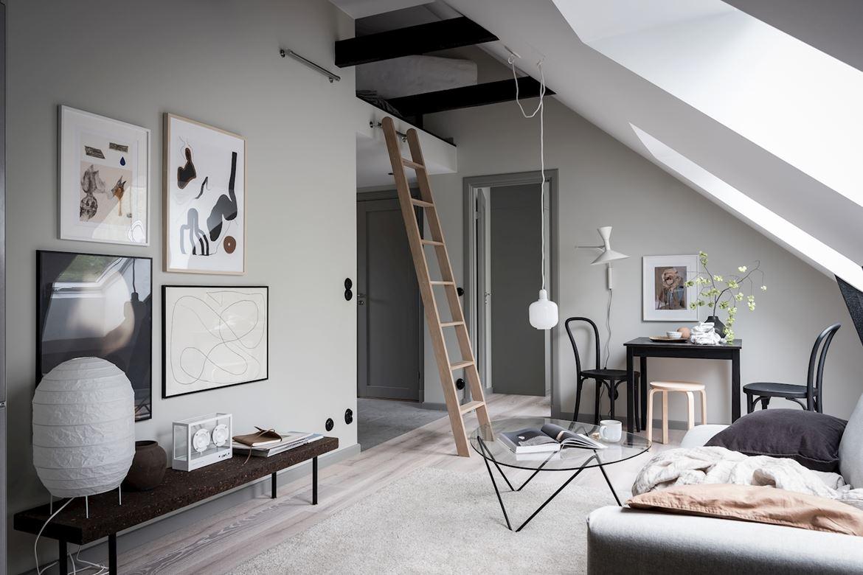Małe skandynawskie mieszkanie na poddaszu z antresolą