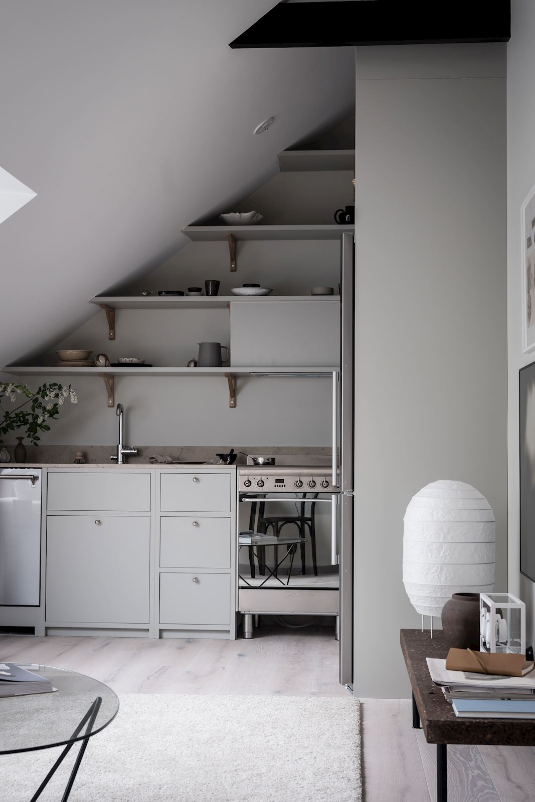 Salon z aneksem kuchennym w stylu skandynawskim