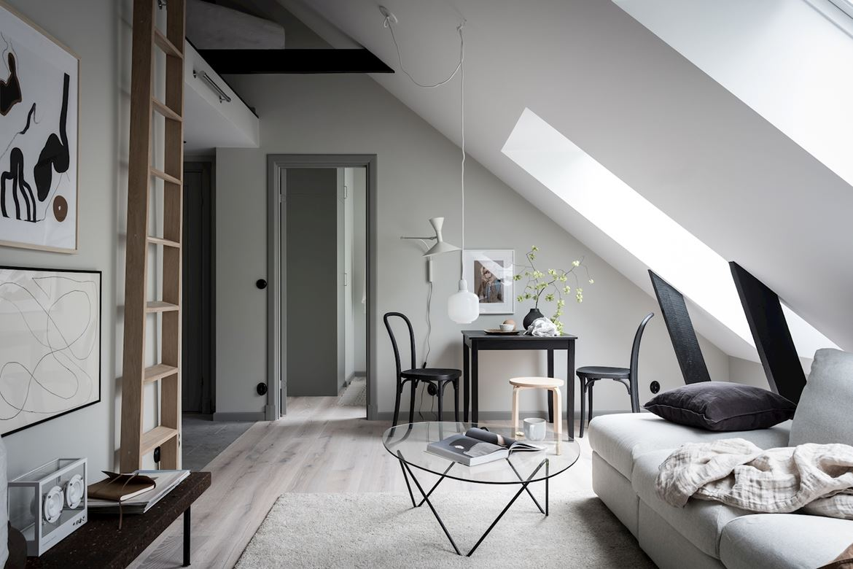 Salon w stylu skandynawskim ze skosami
