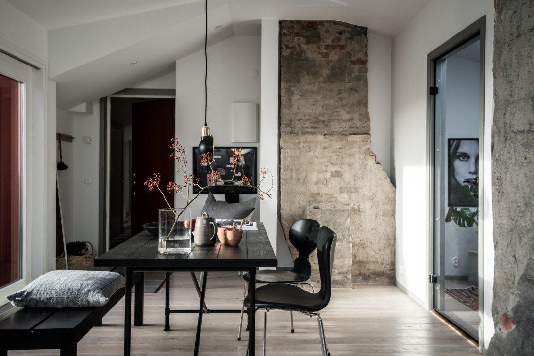 Jadalnia ze starą cegłą na ścianach