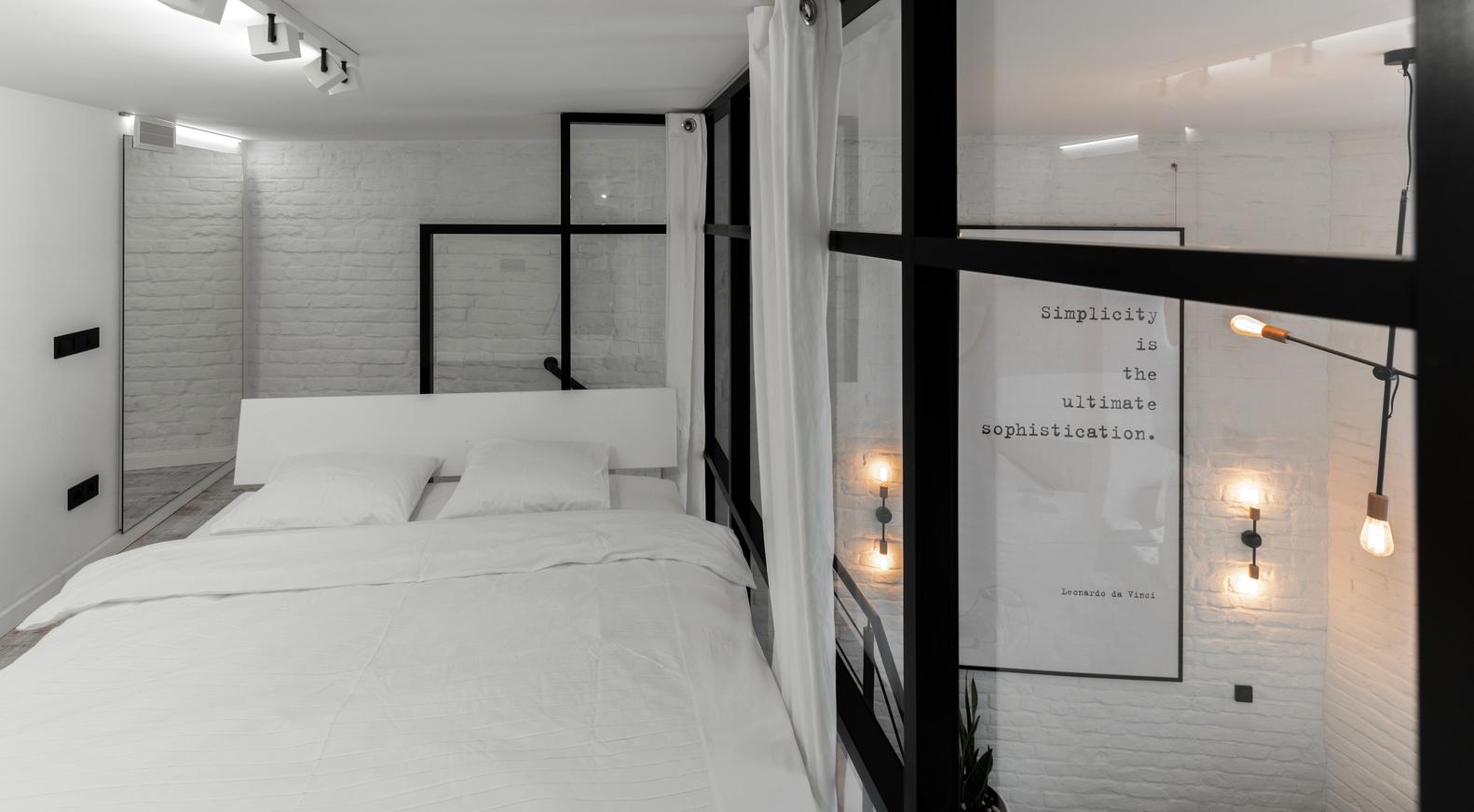 Sypialnia ze szklaną ścianą ze szprosami