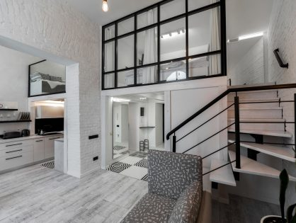 Małe loftowe mieszkanie ze szklaną antresolą