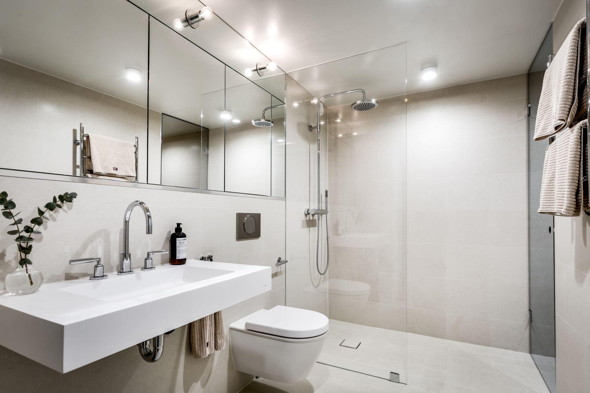 Nowoczesna beżowa łazienka