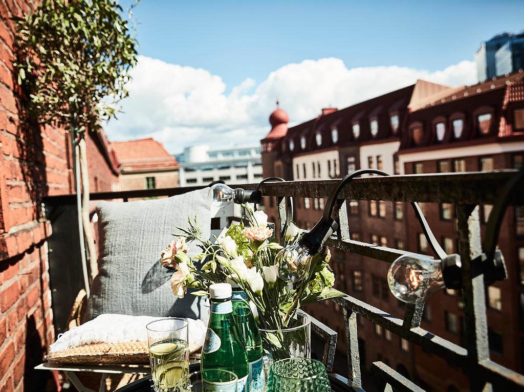Świetlne girlandy na balkonie