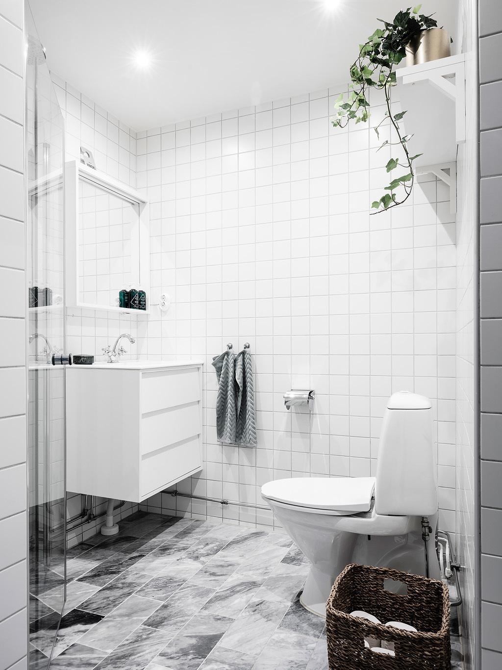 Małe białe kafle w łazience