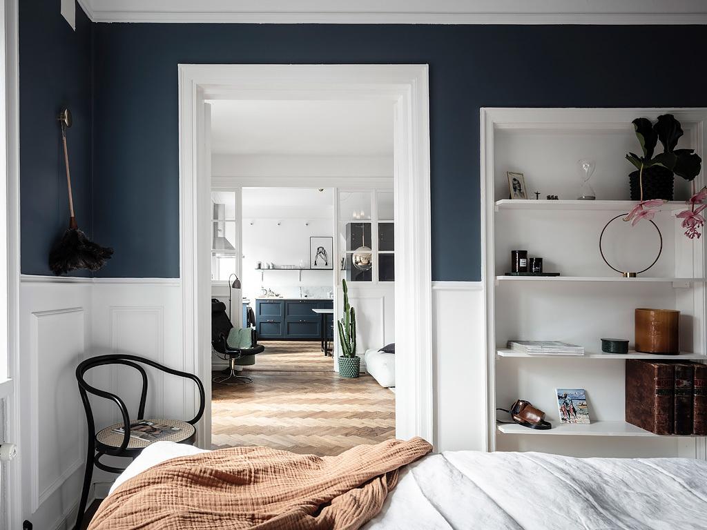 Granatowe poziome pasy w sypialni