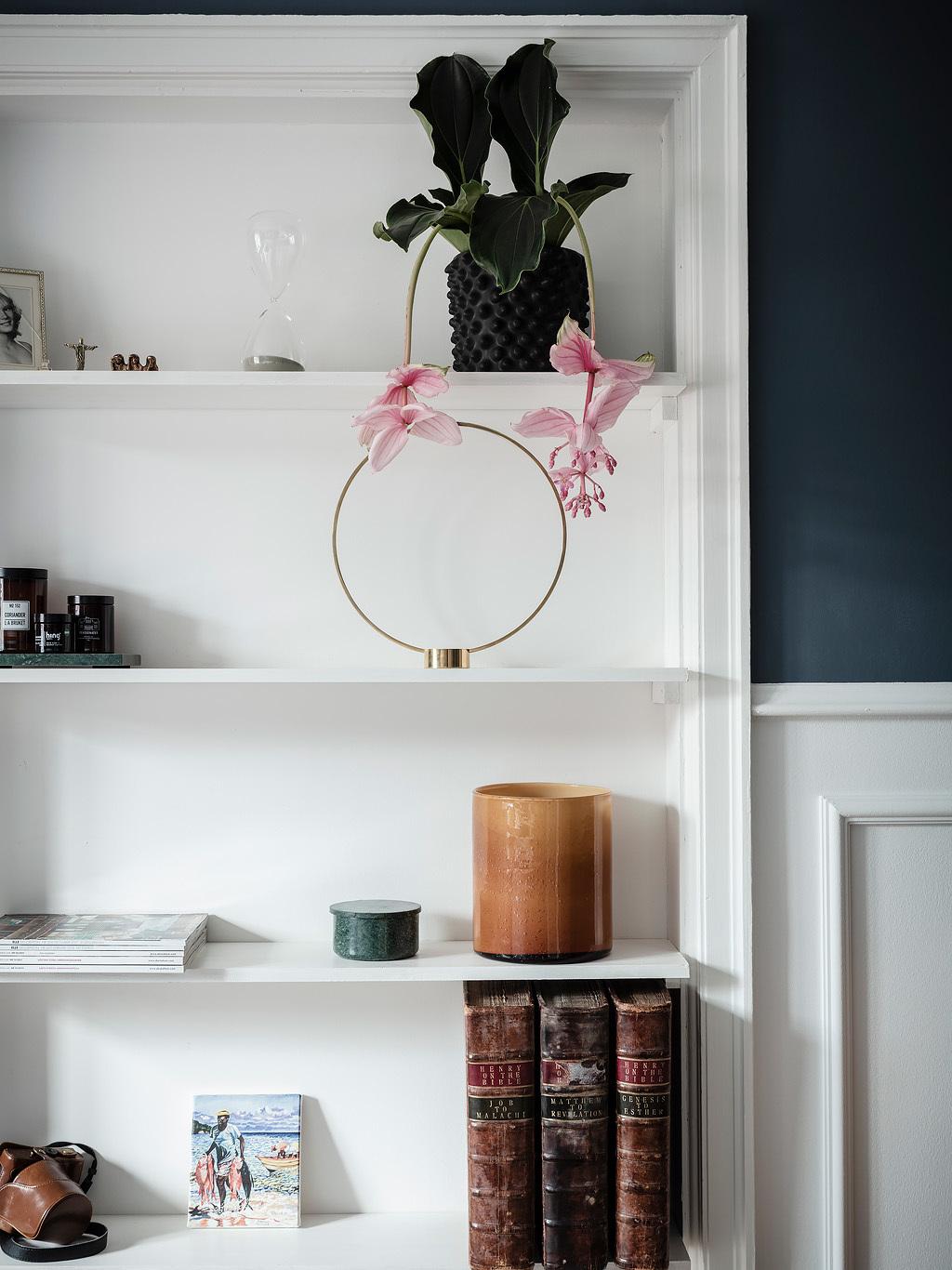 Dekoracje na półkach w sypialni