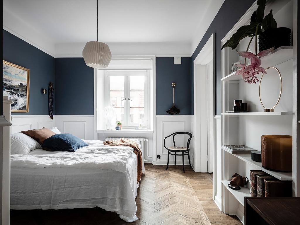 Elegancka sypialnia z ozdobnymi listwami i jodełką na podłodze