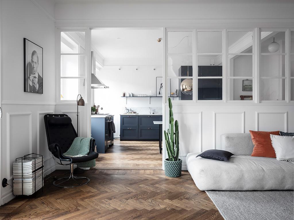 Eleganckie mieszkanie w stylu francuskim ze szklanymi ścianami