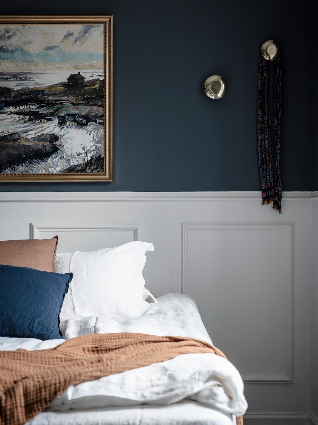 Łóżko z wezgłowiem ze sztukaterii