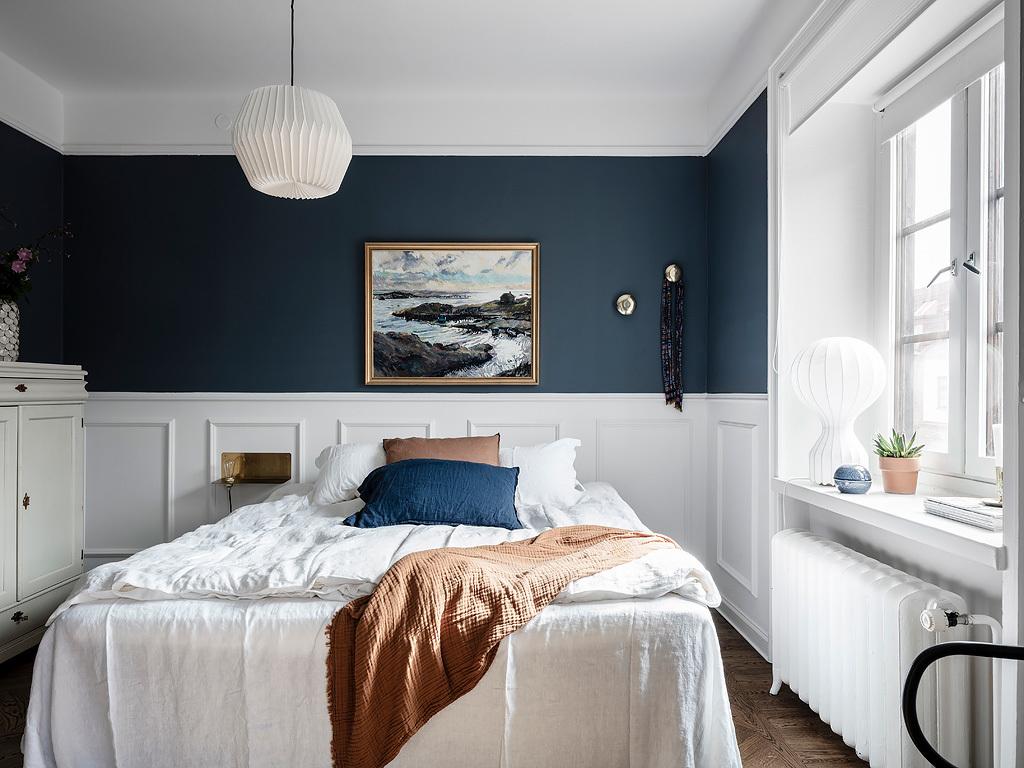 Biało granatowa sypialnia