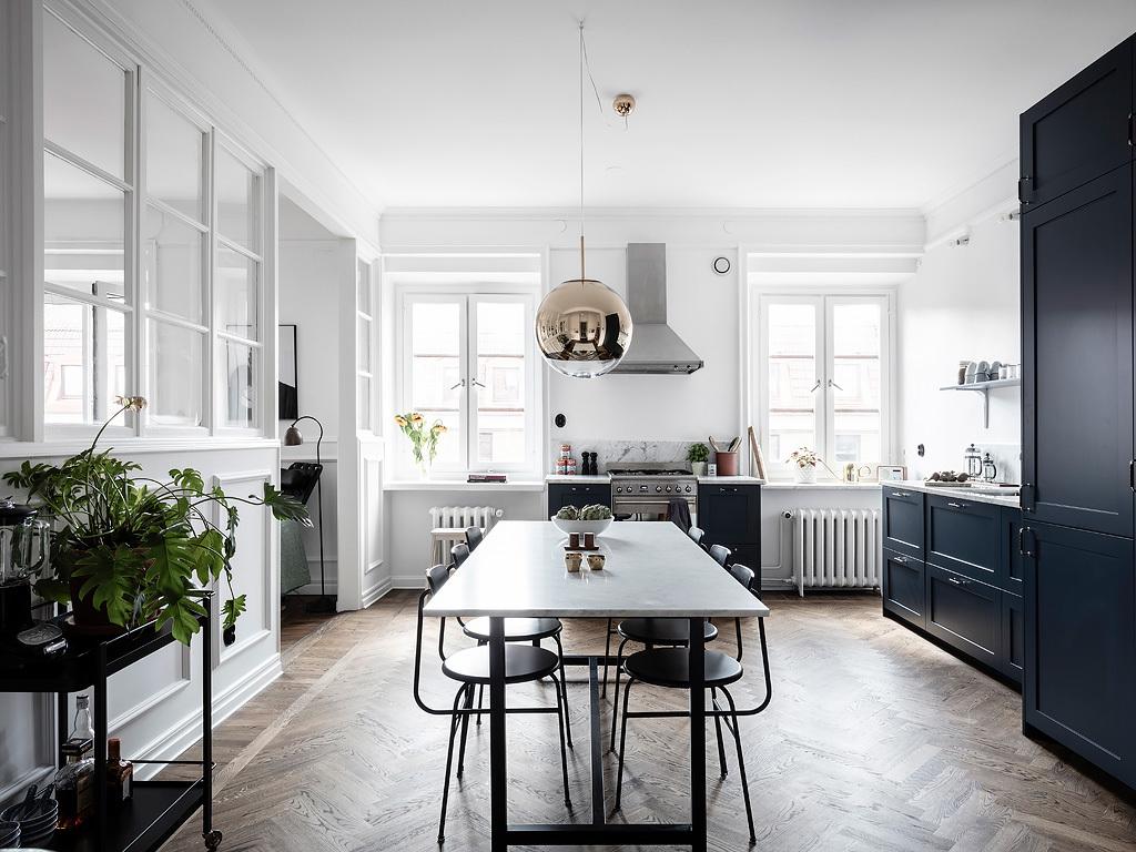 Biało granatowa kuchnia z jadalnią