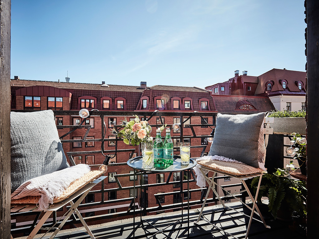 Balkon z krzesłami i stolikiem