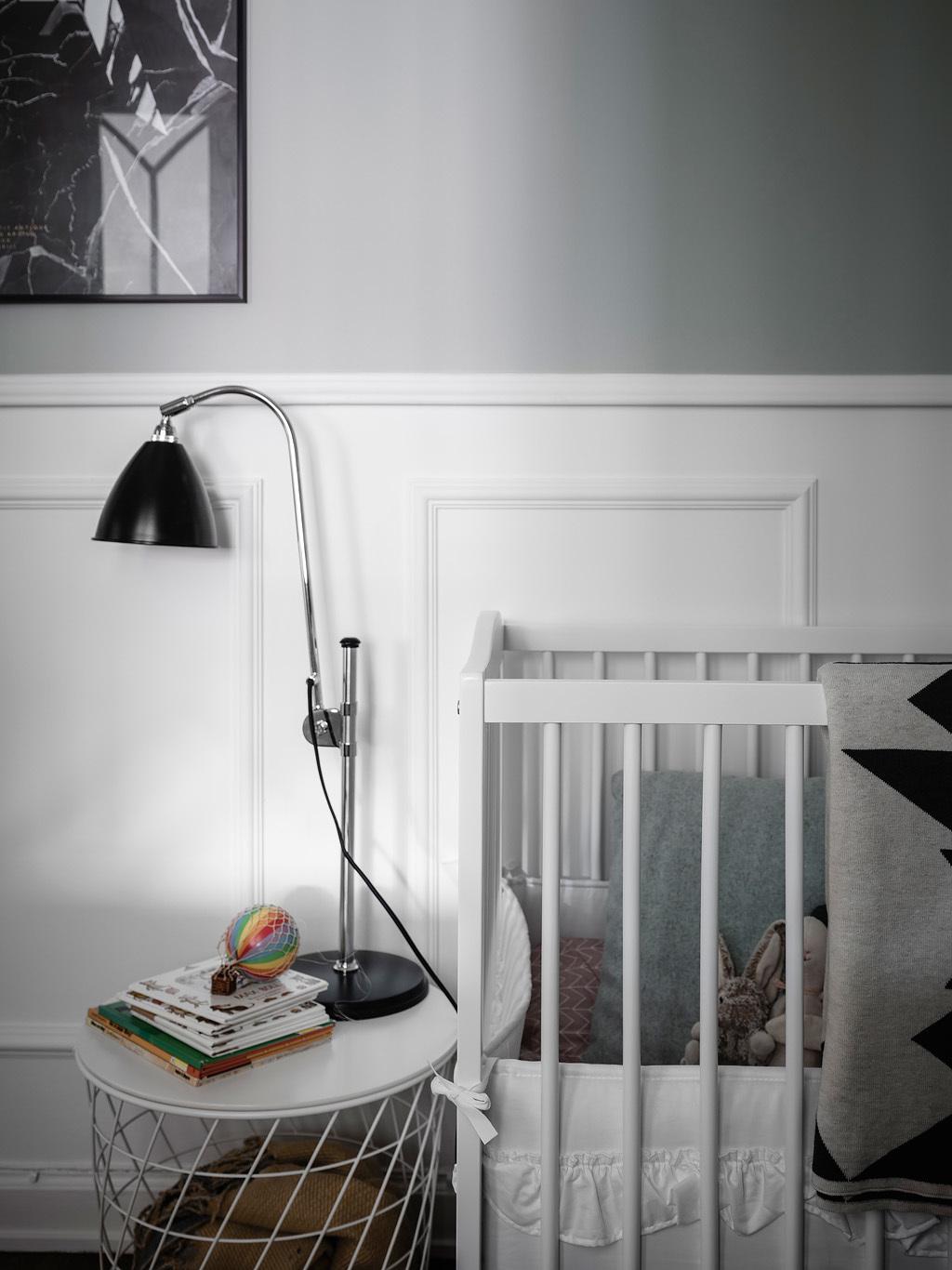 Łóżeczko ze szczebelkami w pokoju dziecka
