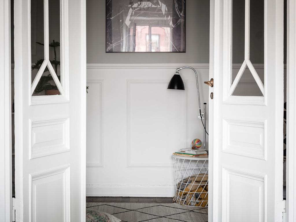 Podwójne eleganckie drzwi z szybą