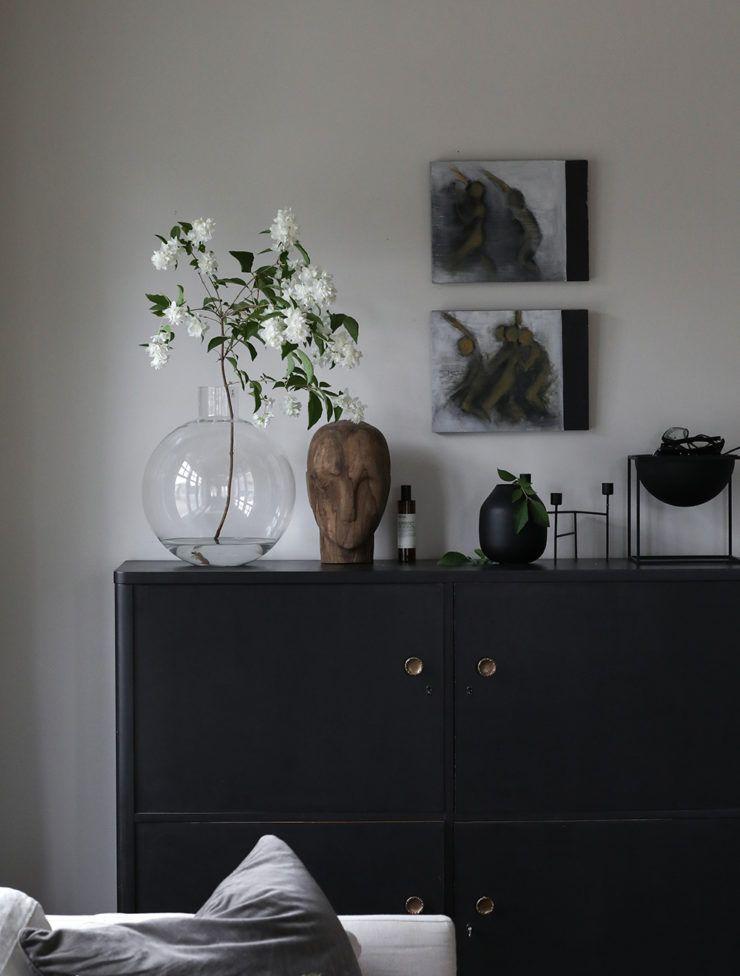Dekoracja czarnej komody w salonie