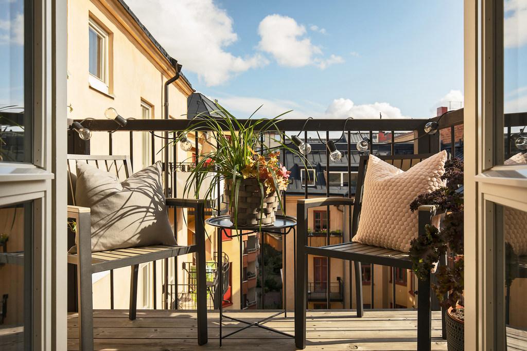Balkonik z meblami