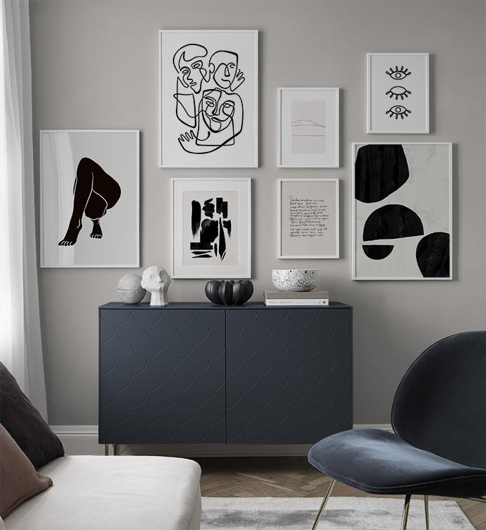Obrazki na ścianach nad komodą