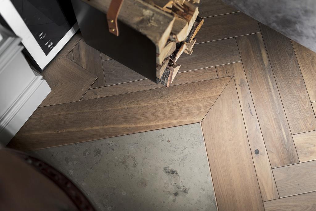 Drewniana podłoga w jodełkę