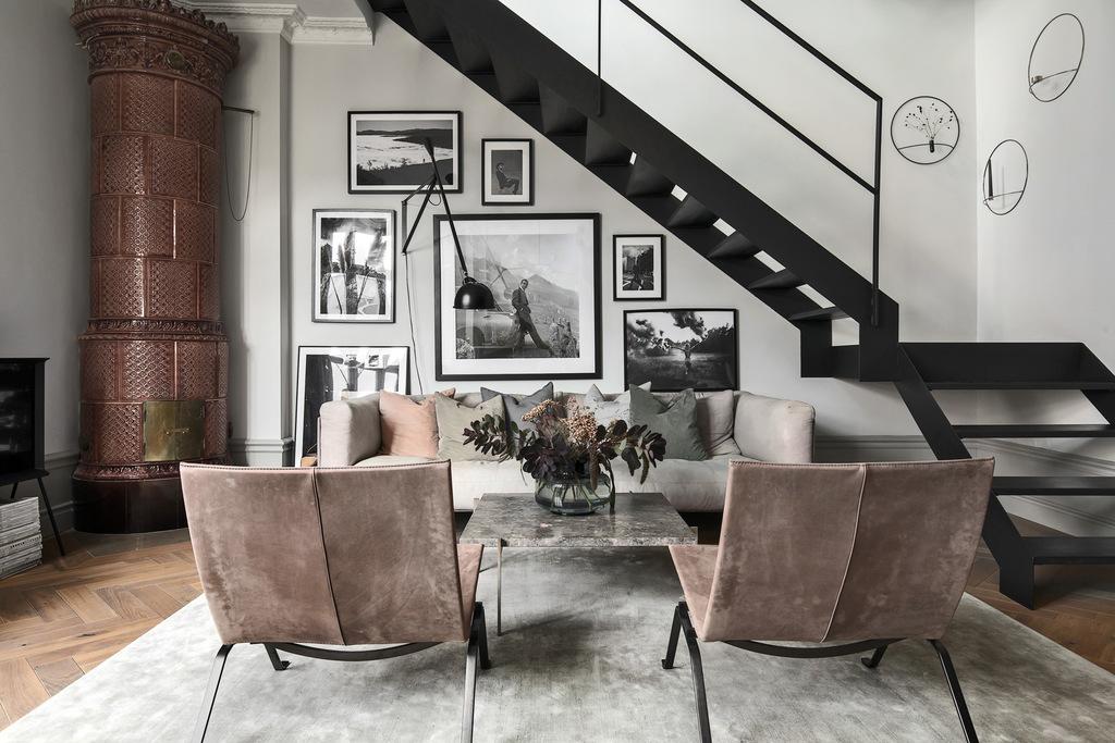 Elegancki salon z czarnymi schodami