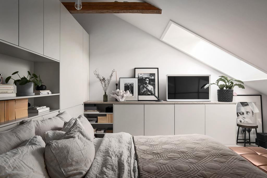 Sypialnia ze skosami i belkami stropowymi