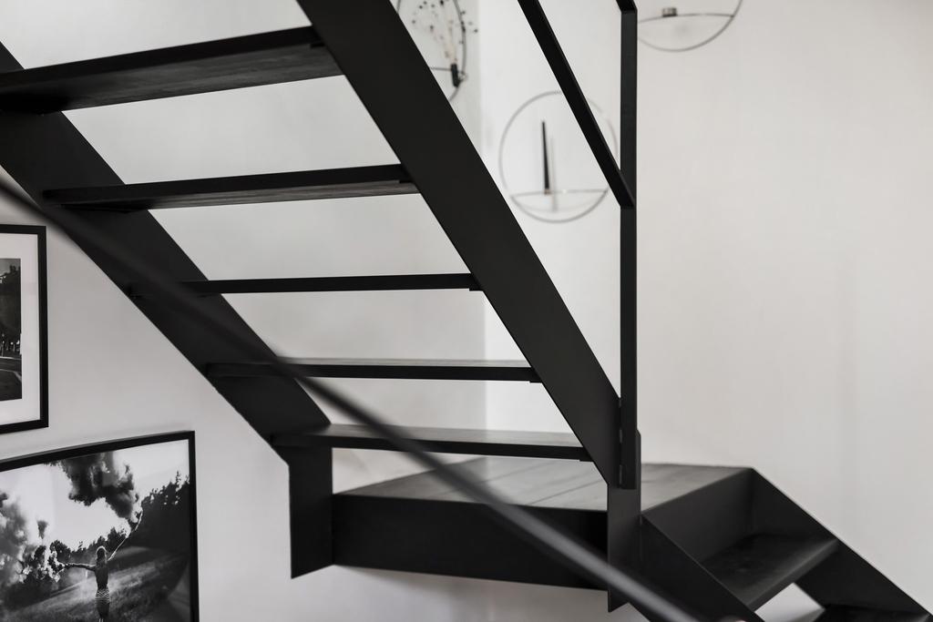 Czarne schody w białym mieszkaniu