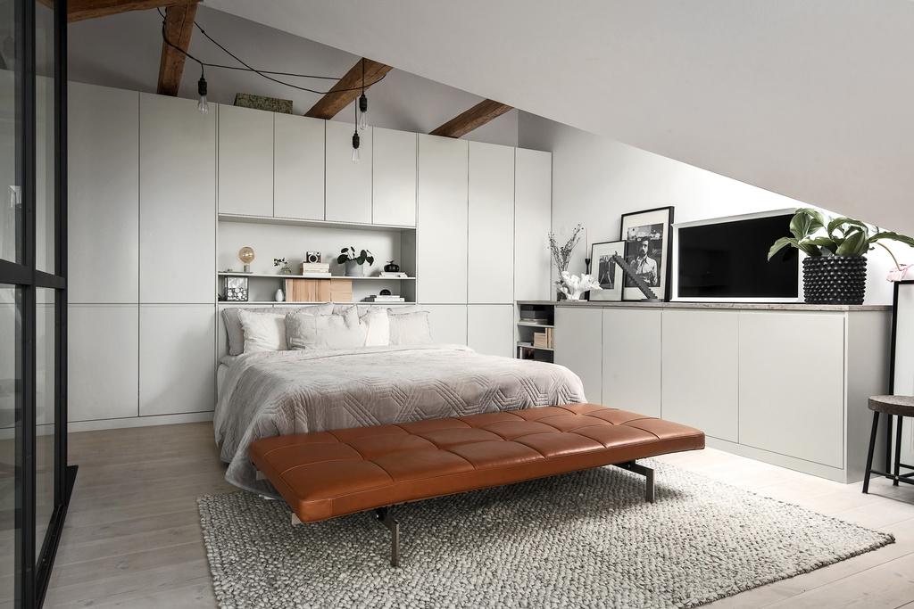 Zabudowana szafa z sypialni ze skosami