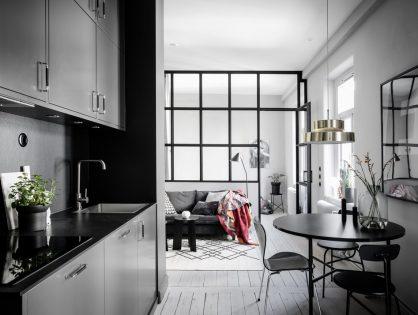 Małe skandynawskie mieszkanie w kamienicy ze szklaną ścianą działową