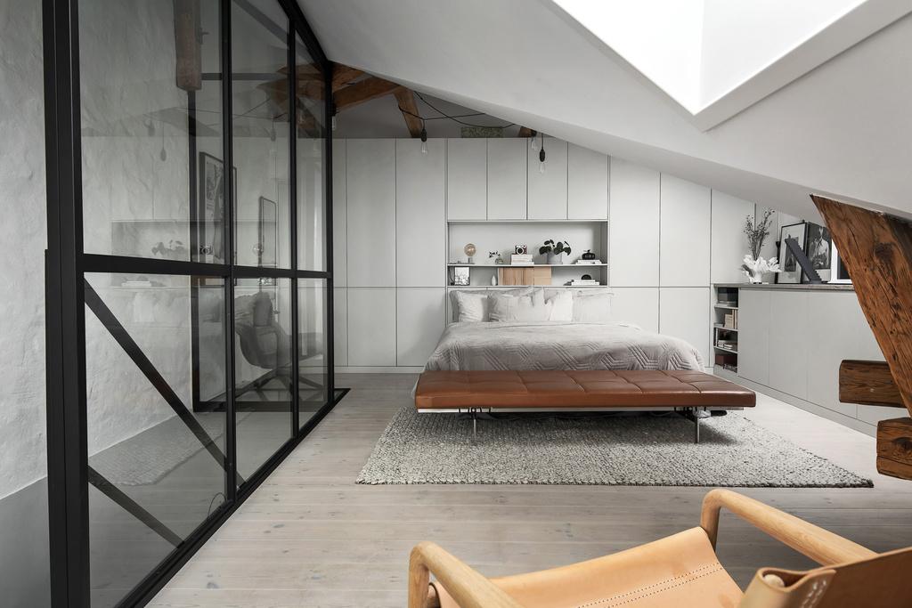 Szklana ściana ze szprosami w sypialni