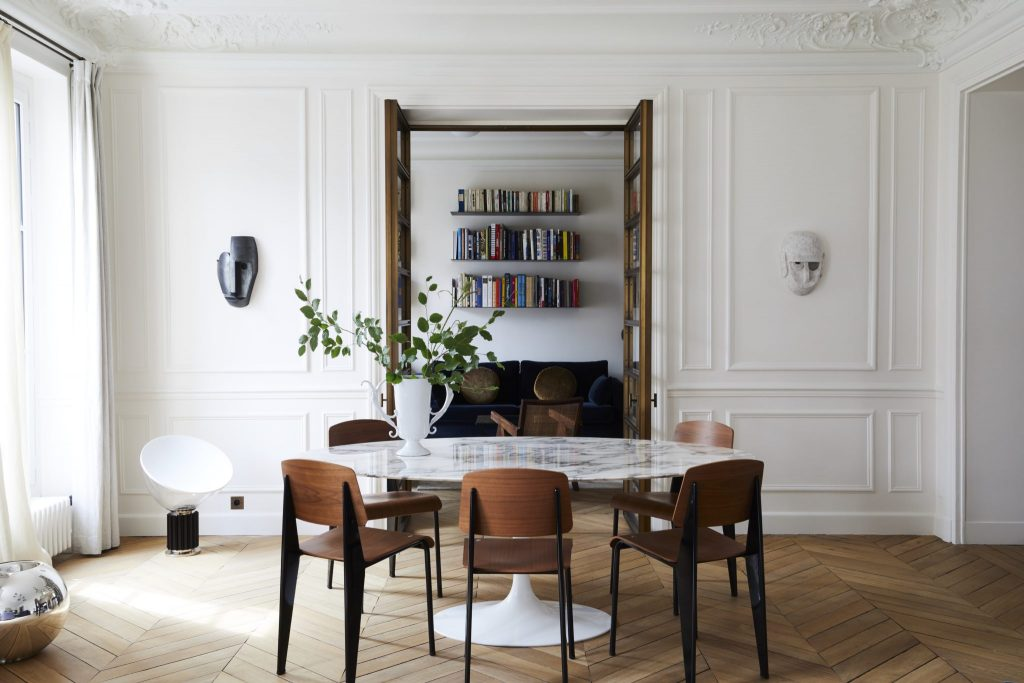 Jadalnia biała z okrągłym stołem