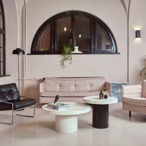 Designerskie stoliki kawowe w wysokim wnętrzu