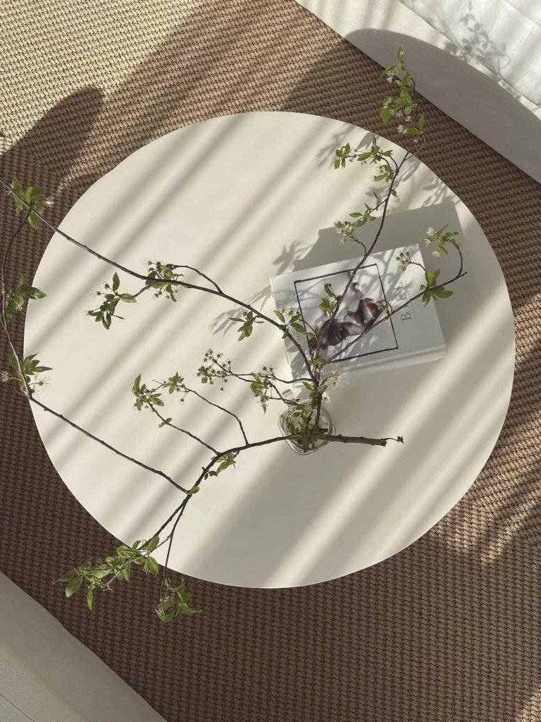 Okrągły stolik na nóżce