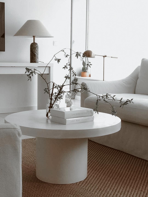 Biały stolik kawowy na jednej nodze