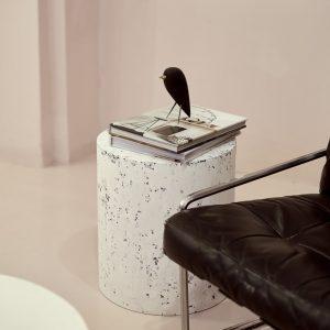 Stolik pomocniczy do salonu przy fotelu