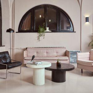 Biało czarne stoliki kawowe w salonie