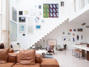 Paryskie mieszkanie z antresolą, meblami vintage i sztuką
