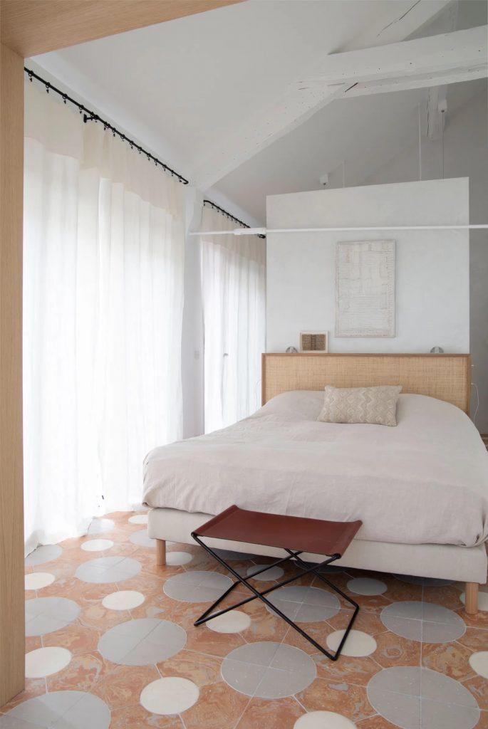 Sypialnia ze skosem i belkami stropowymi